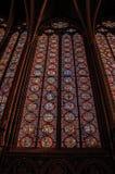 在哥特式Sainte-Chapelle教会的五颜六色的污迹玻璃窗在巴黎 图库摄影