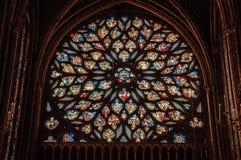 在哥特式Sainte-Chapelle教会的五颜六色的污迹玻璃窗在巴黎 库存图片