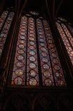 在哥特式Sainte-Chapelle教会的五颜六色的污迹玻璃窗在巴黎 库存照片