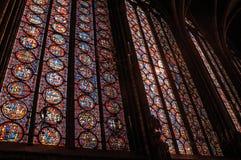在哥特式Sainte-Chapelle教会的五颜六色的污迹玻璃窗在巴黎 免版税库存图片