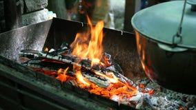 在哪的大锅汤或其他食物准备垂悬摇摆在木柴和煤炭 影视素材