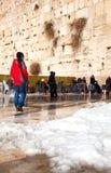在哭墙的熔化的随风飘飞的雪 免版税图库摄影