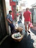 在唐人街曼谷泰国的泰国卖主街道食物 库存照片