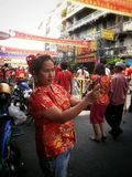 在唐人街的中国妇女selfie在春节2015年曼谷泰国 库存照片