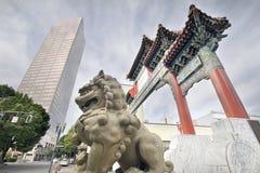 在唐人街门入口的中国Foo狗 库存照片