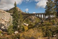 在唐纳通行证附近山顶的桥梁  免版税库存照片