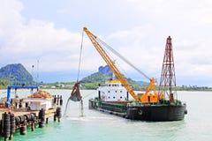 在唐Sak Sakon口岸,素叻他尼,泰国的海沙清疏的船 免版税库存照片