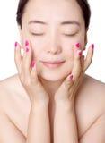 在唯一背景护肤前面的美丽的亚裔妇女 免版税图库摄影
