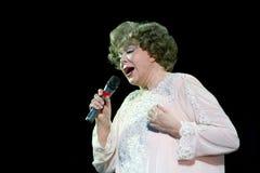 在唱著名歌手Edita Pieha的阶段 免版税库存照片
