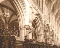 在唱诗班上的曲拱在利奇菲尔德大教堂HDR里 库存照片