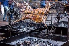 在唾液的开胃烤羊羔 在传统烤肉的烤猪 烧烤烤肉准备公羊猪被烘烤的猪肉我 免版税库存照片