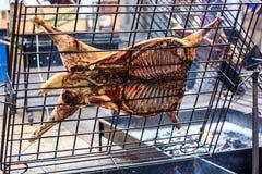 在唾液的开胃烤羊羔 在传统烤肉的烤猪 烧烤烤肉准备公羊猪被烘烤的猪肉我 库存图片