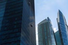 在商业区小游艇船坞海湾的大厦地平线 库存图片