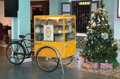 在商业区的圣诞树 库存照片