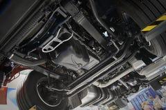 在商业卡车底盘的看法在客舱另外气动力学,电设备和各种各样的零件细节下 卡车车间 加州 免版税图库摄影
