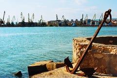 在商业口岸的生锈的船锚 免版税库存图片