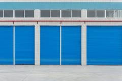 在商业商店的蓝色金属快门门 免版税库存图片