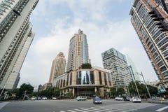 在商业大厦前面的街道视图在上海 库存照片