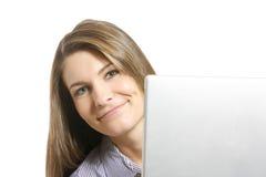 在商业附近她的查找妇女的膝上型计算机 免版税库存照片
