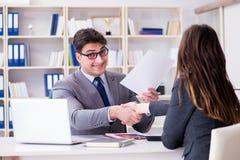 在商人和女实业家之间的业务会议 免版税库存图片