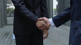 在商务旅行,配合期间,握手,公司的两个商人成为伙伴 股票录像