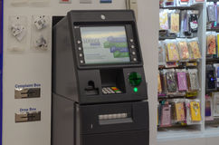在商场购物中心2017年5月6日的拉合尔巴基斯坦的ATM机器 库存照片