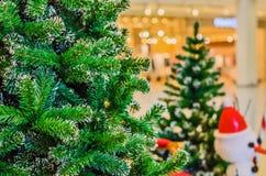 在商城和迷离背景的圣诞树 免版税库存图片