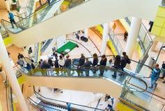 在商城的人自动扶梯 免版税库存照片
