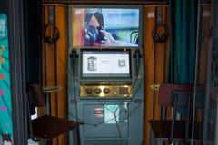 在商城的卡拉OK演唱箱子 免版税库存图片