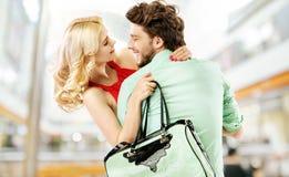 在商城的笑的夫妇 免版税库存照片