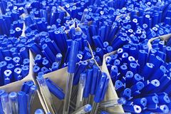 在商店、办公用品和文具的笔 卖文具的笔 艺术,车间,工艺,创造性概念 许多笔堆 免版税库存图片