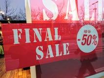 在商店之外的最后的销售广告 免版税库存图片