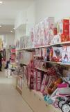 在商店儿童的玩具的架子 免版税库存照片