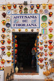 在商店入口显示的拥挤五颜六色的瓦器在弗里希利亚纳,西班牙 免版税库存照片