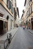 在商店前面停放的自行车 免版税库存图片