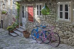 在商店前面的五颜六色的自行车 免版税库存照片