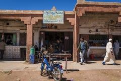 在商店前面的人们在Telouet村庄在摩洛哥的高地图集地区 免版税库存照片