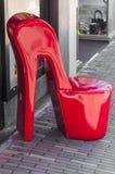 在商店前面的巨大的红色脚跟鞋子 库存照片