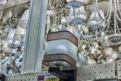 在商店和灯陈列的色泽待售 免版税图库摄影