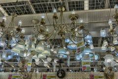 在商店和灯陈列的色泽待售 免版税库存图片