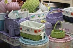 在商店堆积的各种各样的藤条篮子 手工制造秸杆被编织的容器 库存照片
