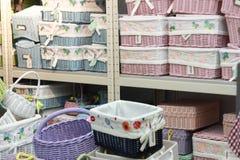 在商店堆积的各种各样的藤条篮子 手工制造秸杆被编织的容器 免版税库存图片