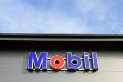 在商店墙壁上的标志MOBIL有蓝天的 免版税库存照片