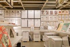 在商店安置的图片的各种各样不同的大小 免版税库存照片