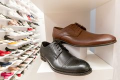在商店显示的典雅的人鞋子 免版税图库摄影