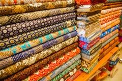 在商店显示的各种各样的织品 免版税库存照片