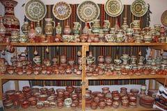在商店架子的陶器  瓦器待售 免版税库存照片