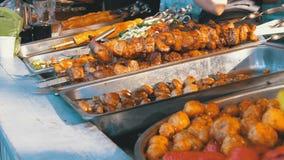 在商店柜台的煮熟的街道食物 在串,烤蘑菇,菜的烤肉串 股票录像