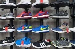 在商店的各种各样的体育鞋类 库存照片