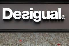 在商店的墙壁上的Desigual商标 免版税库存照片